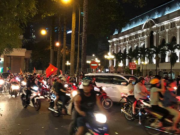 Dòng người đổ xô xuống phố ăn mừng chiến thắng và gọi tên hai tiếng Việt Nam.