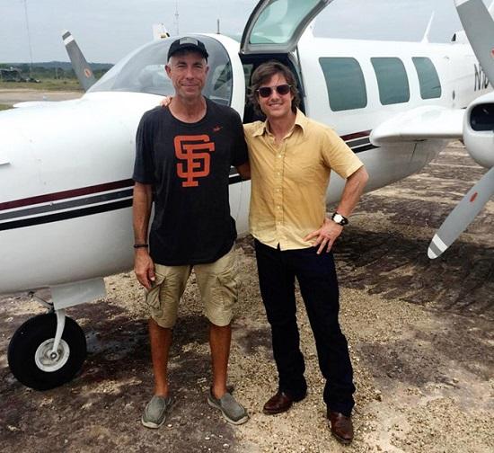 Tom Cruise chụp ảnh với một trong những phi công đóng thế bị tử nạn sau đó tại trường quay bộ phim American Made.