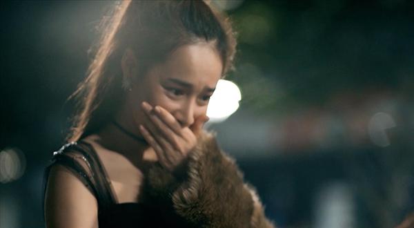 Khoảnh khắc hạnh phúc của Nhã Phương khi được cầu hôn trong MV.