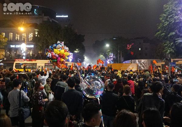 Dòng người đông đúc trên đường phố Hà Nội.