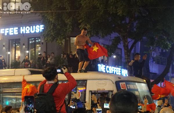 Leo lên tận nóc xe buýt để quẩy mừng chiến thắng.