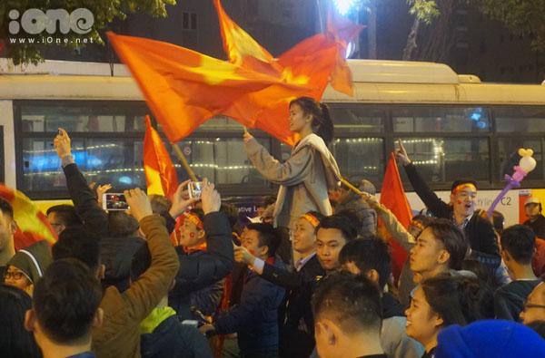 Fan nữ cuồng nhiệt ăn mừng chiến thắng.