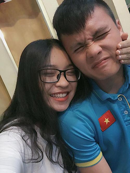 Bạn gái hot girl khiến tiền vệ Quang Hải gọi điện ngay sau trận thắng lịch sử