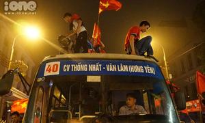 Lái xe buýt chán nản vì bị chặn xe ăn mừng bất đắc dĩ cùng fan bóng đá