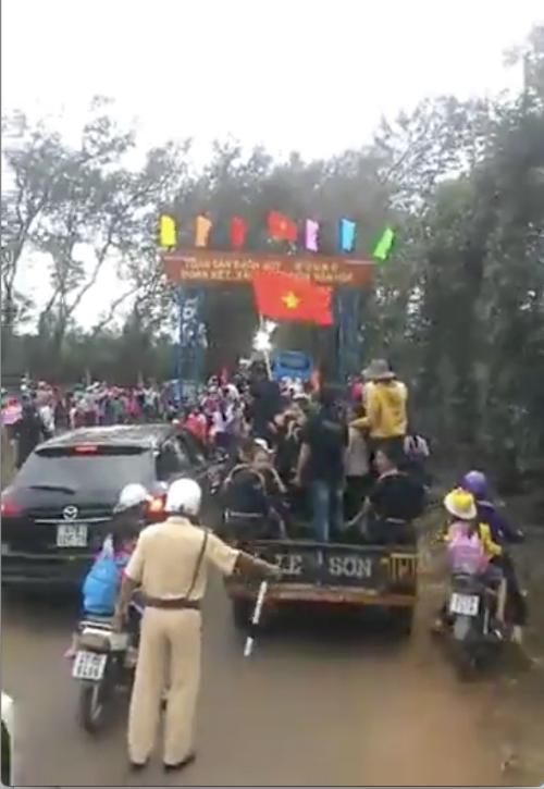 Không khí đón HHen Niê tại buôn làng.