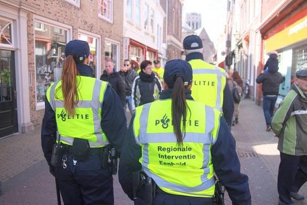 Cảnh sát thời trang xuất hiện để bắt người nghèo đua đòi hàng hiệu