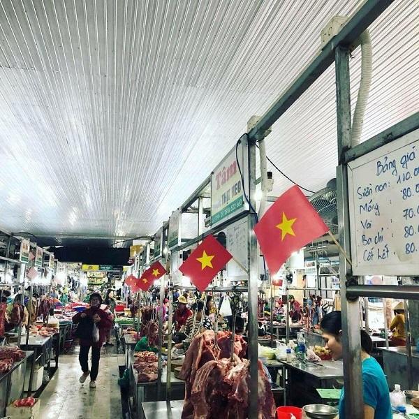 Cờ đỏ sao vàng xuất hiện khắp mọi nơi, từ trường học, công ty, ngoài đường nay đến cả các khu chợ.