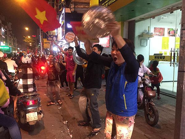Người dân khua mâm, múa chảo trên đường phố.