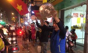 Người hâm mộ khua mâm, đánh chảo vang đường chúc mừng U23 Việt Nam
