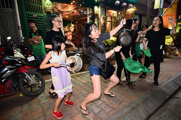 Người hâm mộ khua mâm, đánh chảo vang đường chúc mừng U23 Việt Nam - 10