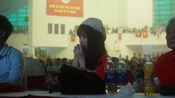 Gái xinh ôm mặt khóc nức nở vì Quang Hải