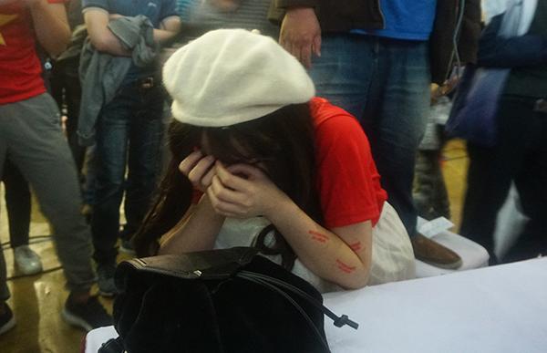 Các cổ động viên bưng mặt khóc nức nở vì vui mừng trước chiến thắng của đội tuyển Việt Nam.