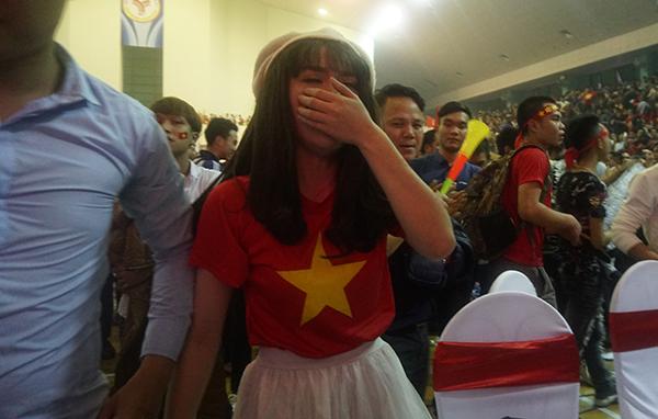 Người hâm mộ khóc ngất khi U23 Việt Nam hạ gục Qatar vào chung kết - 1