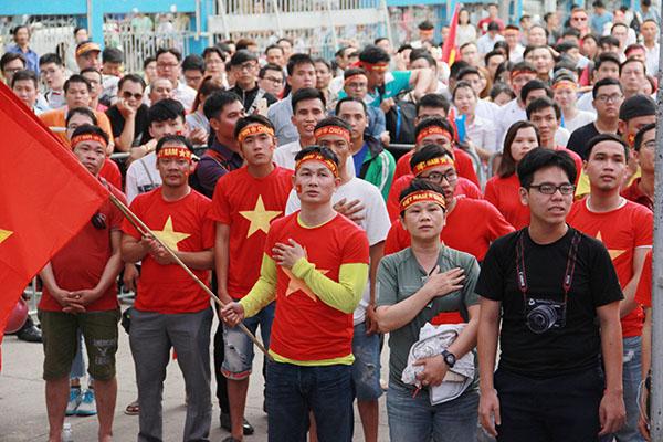 Giới trẻ Sài Gòn bất chấp mưa gió hòa theo từng nhịp bóng - 1