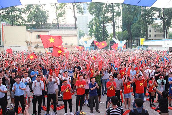 Giới trẻ Sài Gòn bất chấp mưa gió hòa theo từng nhịp bóng - 3