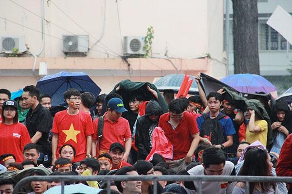 Giới trẻ Sài Gòn bất chấp mưa gió hòa theo từng nhịp bóng - 7
