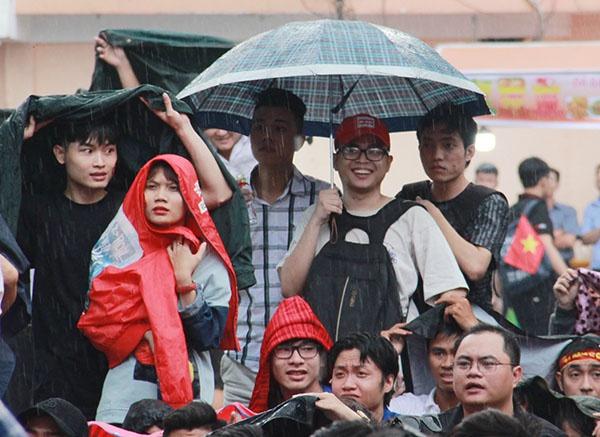 Giới trẻ Sài Gòn bất chấp mưa gió hòa theo từng nhịp bóng - 6