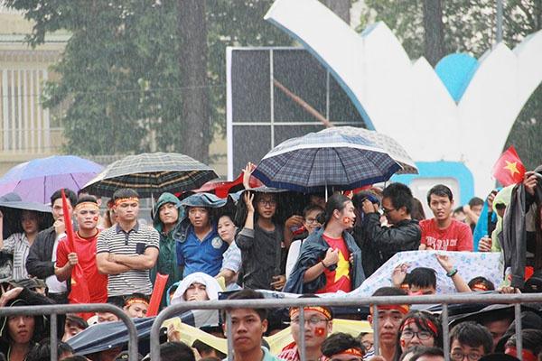Giới trẻ Sài Gòn bất chấp mưa gió hòa theo từng nhịp bóng - 5