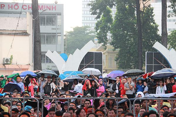 Giới trẻ Sài Gòn bất chấp mưa gió hòa theo từng nhịp bóng - 4