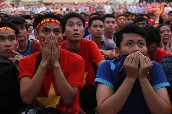 Người hâm mộ như chết đi sống lại khi Việt Nam gỡ hòa