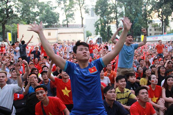 Người hâm mộ như chết đi sống lại khi Việt Nam gỡ hòa - 1