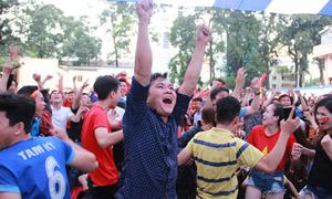 Người hâm mộ như 'chết đi sống lại' khi Việt Nam gỡ hòa