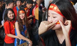 Gái xinh Hà thành xuống đường giữa trưa nắng cổ vũ U23 Việt Nam