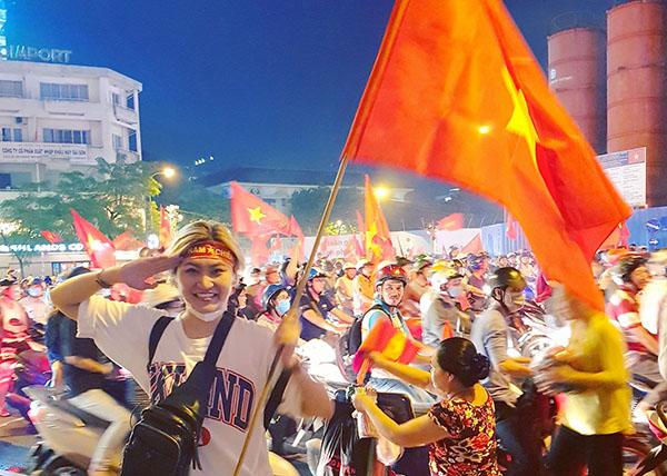 HHen Niê, Bảo Anh nhảy cẫng như bắt được vàng khi U23 Việt Nam chiến thắng - 4