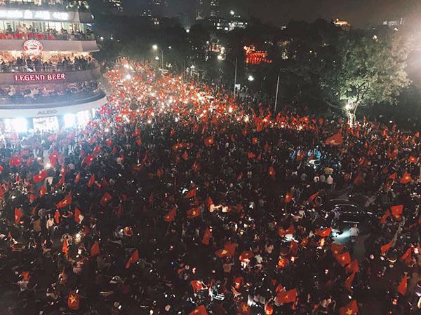 Khu vực phố đi bộ Hà Nội thất thủ trong chốc lát bởi lượng người đổ về quá