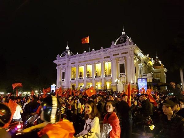 Những khoảnh khắc nhuộm đỏ Việt Nam sẽ đi vào lịch sử của đêm bão ăn mừng chiến thắng U23 - 17