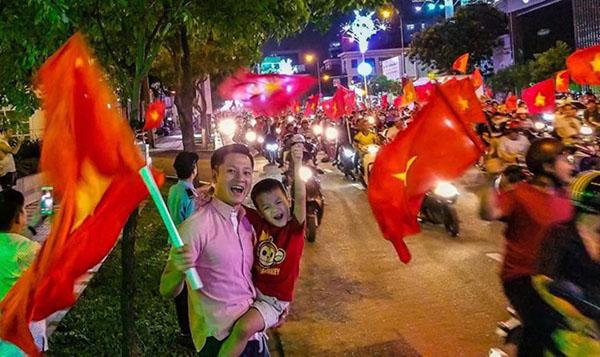 Khi sao Việt rũ bỏ sang trọng, mất ngủ xuống đường vì U23 Việt Nam - 7