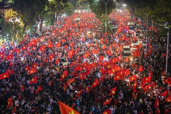 Những khoảnh khắc nhuộm đỏ Việt Nam sẽ đi vào lịch sử của đêm bão ăn mừng chiến thắng U23
