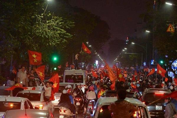 Những khoảnh khắc nhuộm đỏ Việt Nam sẽ đi vào lịch sử của đêm bão ăn mừng chiến thắng U23 - 13