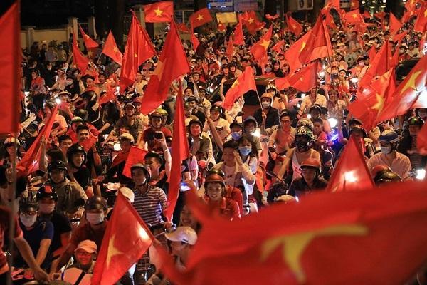 Những khoảnh khắc nhuộm đỏ Việt Nam sẽ đi vào lịch sử của đêm bão ăn mừng chiến thắng U23 - 2