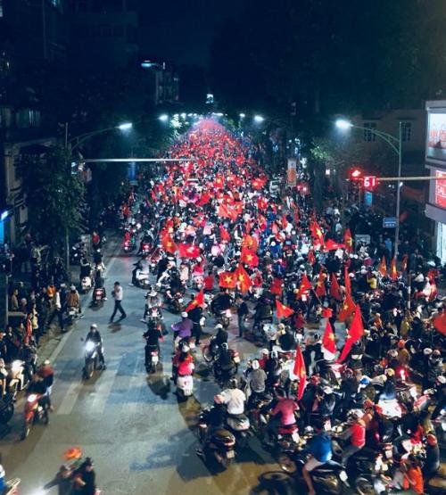 Những khoảnh khắc nhuộm đỏ Việt Nam sẽ đi vào lịch sử của đêm bão ăn mừng chiến thắng U23 - 16