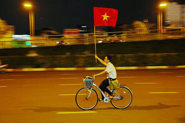 Những khoảnh khắc nhuộm đỏ Việt Nam sẽ đi vào lịch sử của đêm bão ăn mừng chiến thắng U23 - 14
