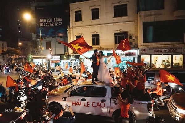Những khoảnh khắc nhuộm đỏ Việt Nam sẽ đi vào lịch sử của đêm bão ăn mừng chiến thắng U23 - 9