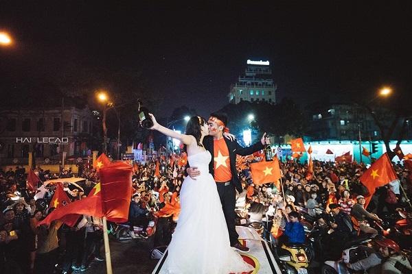 Những khoảnh khắc nhuộm đỏ Việt Nam sẽ đi vào lịch sử của đêm bão ăn mừng chiến thắng U23 - 10