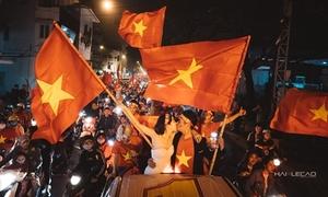 'Đi bão' mừng U23 Việt Nam, cô gái được cầu hôn và có ngay ảnh cưới độc