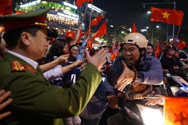Những khoảnh khắc nhuộm đỏ Việt Nam sẽ đi vào lịch sử của đêm bão ăn mừng chiến thắng U23 - 12