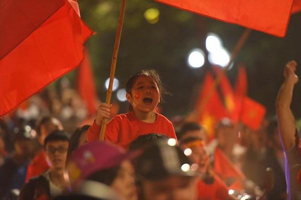 Những khoảnh khắc nhuộm đỏ Việt Nam sẽ đi vào lịch sử của đêm bão ăn mừng chiến thắng U23 - 8