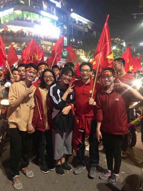 Những khoảnh khắc nhuộm đỏ Việt Nam sẽ đi vào lịch sử của đêm bão ăn mừng chiến thắng U23 - 3