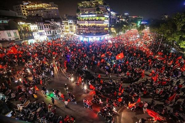 Những khoảnh khắc nhuộm đỏ Việt Nam sẽ đi vào lịch sử của đêm bão ăn mừng chiến thắng U23 - 1