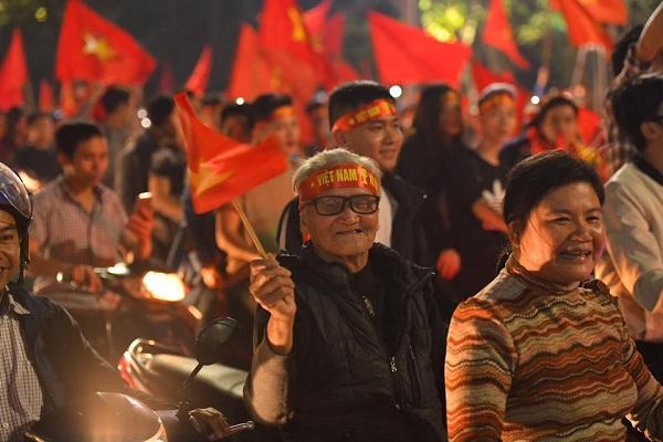 Những khoảnh khắc nhuộm đỏ Việt Nam sẽ đi vào lịch sử của đêm bão ăn mừng chiến thắng U23 - 7