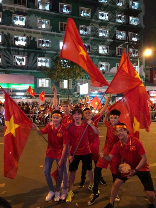 Những khoảnh khắc nhuộm đỏ Việt Nam sẽ đi vào lịch sử của đêm bão ăn mừng chiến thắng U23 - 18