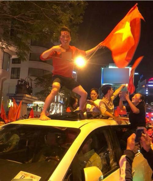 Những khoảnh khắc nhuộm đỏ Việt Nam sẽ đi vào lịch sử của đêm bão ăn mừng chiến thắng U23 - 4
