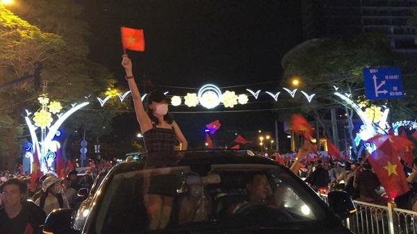 Những khoảnh khắc nhuộm đỏ Việt Nam sẽ đi vào lịch sử của đêm bão ăn mừng chiến thắng U23 - 5