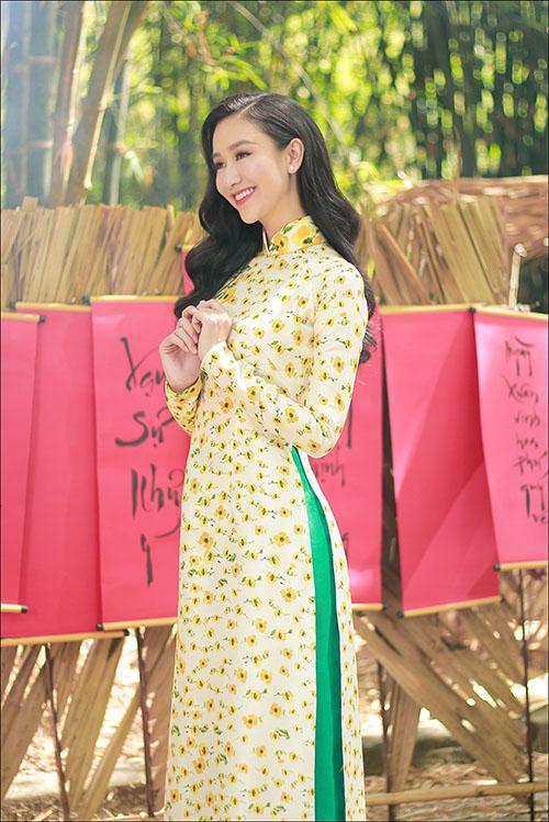 Á hậu Hà Thu khoe giọng hát ngọt trong MV đón Tết 2018 - 1