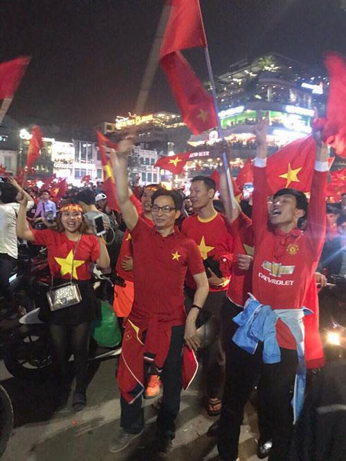 Phó Thủ tướng Vũ Đức Đam xuống đường hòa nhịp đập cùng U23 Việt Nam