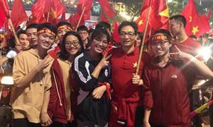 Phó thủ tướng Vũ Đức Đam xuống đường ăn mừng chiến thắng cùng U23 Việt Nam